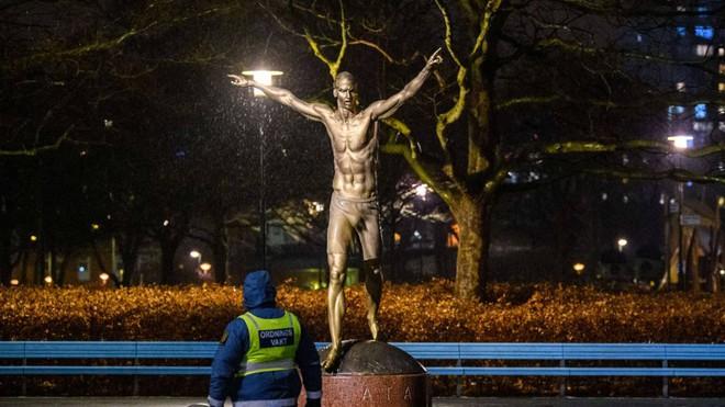 Tượng Ibrahimovic bị đốt ở Thụy Điển