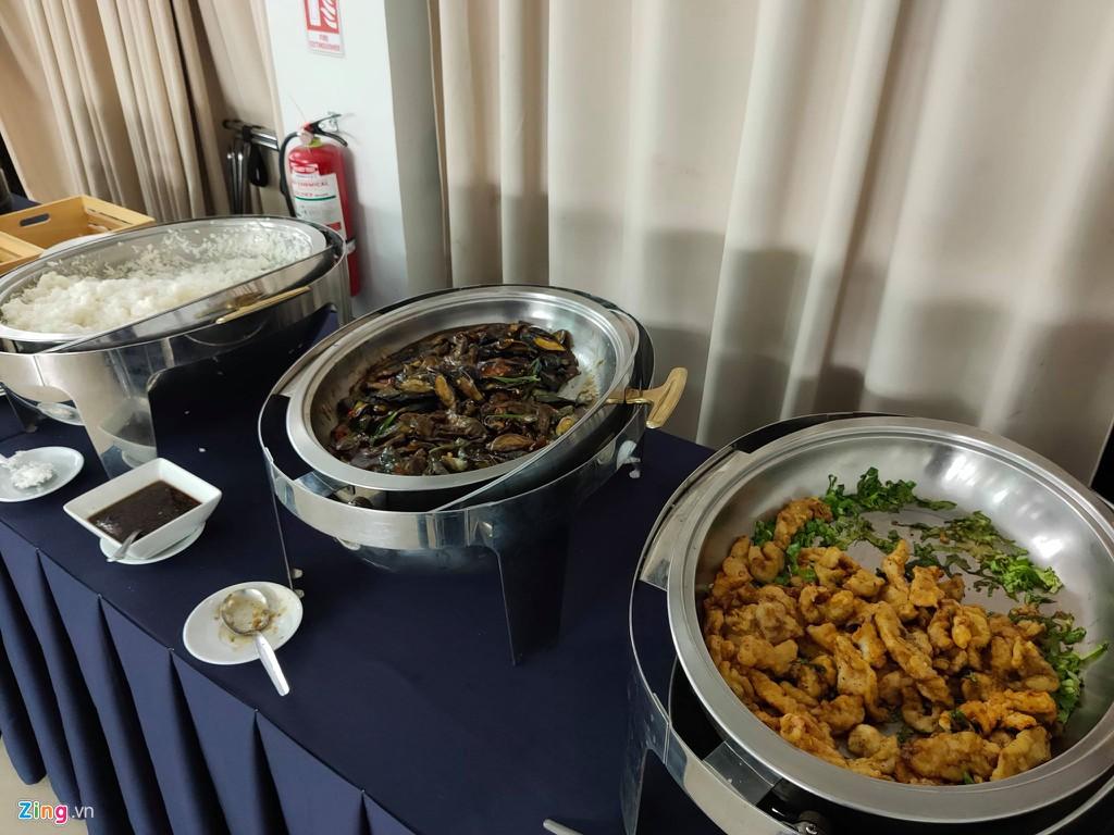 Tuyển nữ Việt Nam ăn uống thiếu chất, phải chờ xe 90 phút